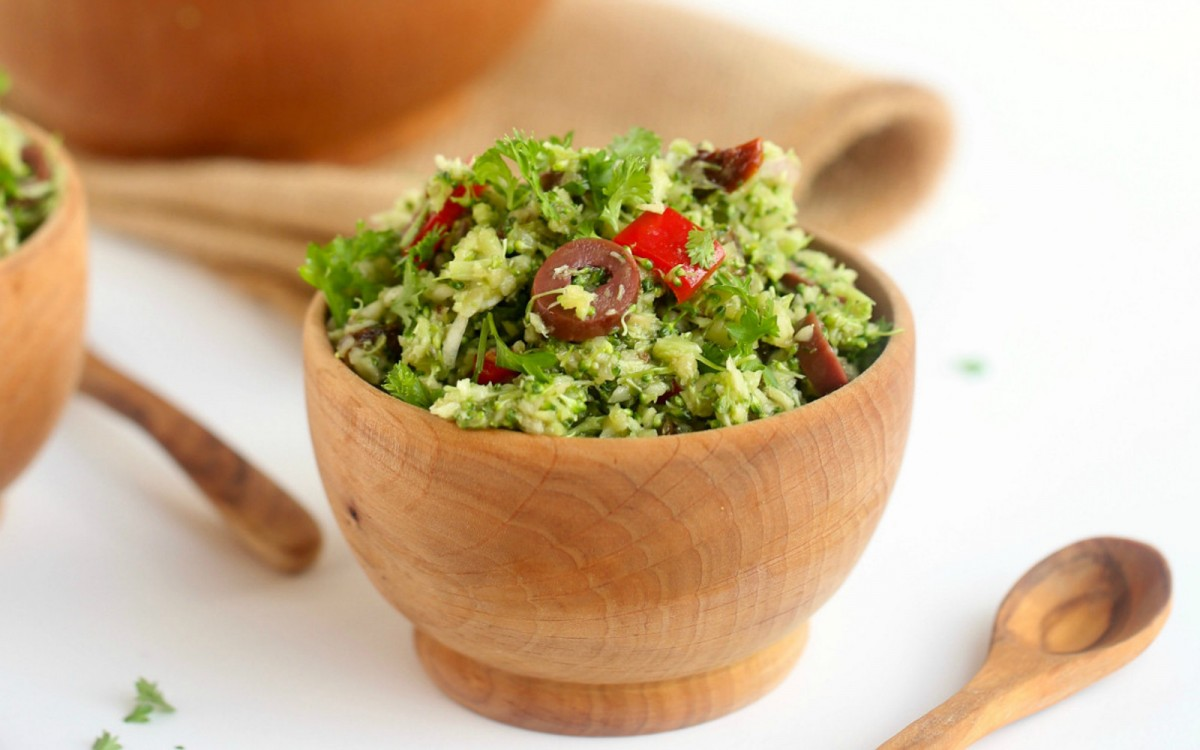 Salata de broccoli cu ardei kapia si branza de capra